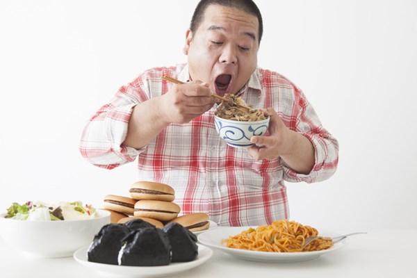 食べ過ぎている男性