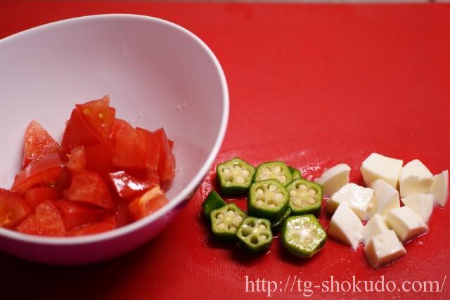 トマトとオクラとモッツアレラのおかか和えの作り方の手順1の画像