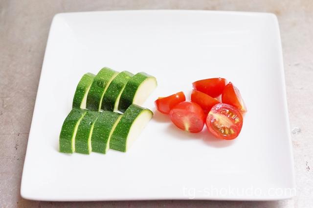 ズッキーニとミニトマトの味噌汁の作り方の手順1の画像